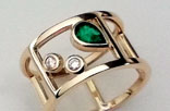 JA42. Yellow gold ring with an emerald and diamonds.