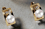 J12. Ring and earrings in yellow gold, cultured pearls and diamonds.